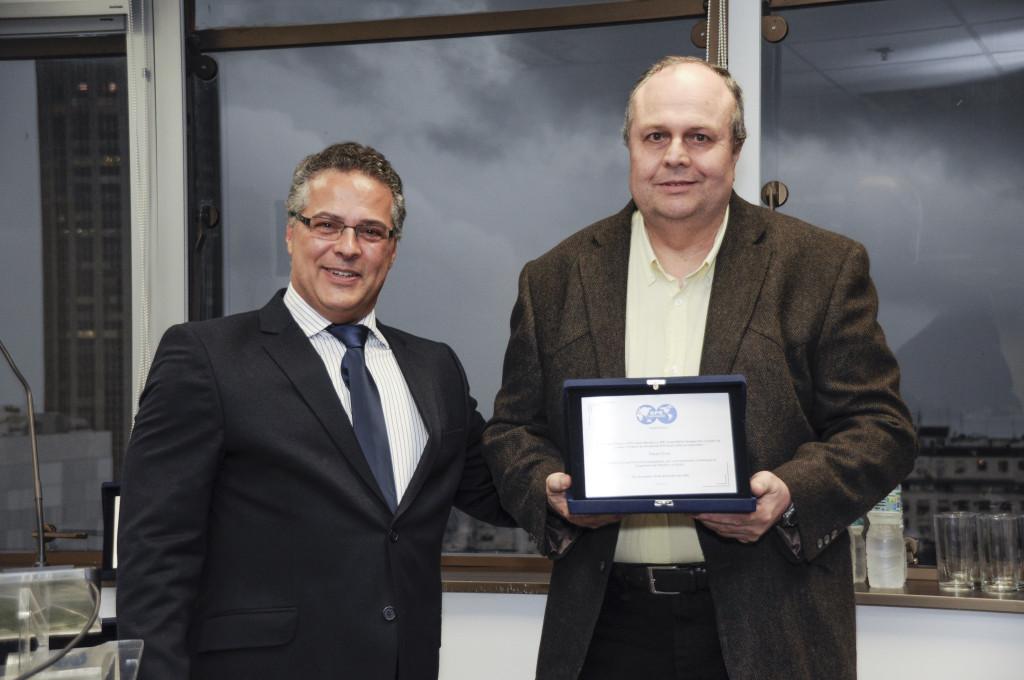 Fernando Machado entrega placa de premiação a Paulo Dore
